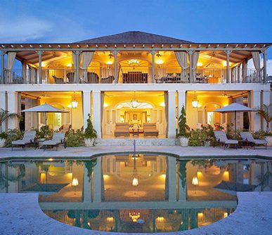 Amazing villa with a lot of lights and a big pool