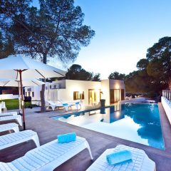 Pool View in der Abenddämmerung Ibiza